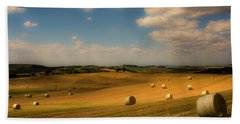 Val D'orcia Field With Hay Balls Beach Towel