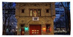 Vintage Chicago Firehouse With Xmas Lights And W Flag Beach Towel