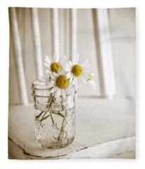 Simple White Daisy Flowers Fleece Blanket