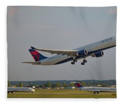 Delta Airlines Jet N827nw Airbus A330-300 Atlanta Airplane Art Fleece Blanket