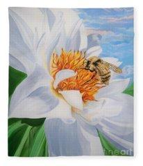 Flygende Lammet Productions     Honey Bee On White Flower Fleece Blanket