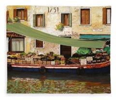 il mercato galleggiante a Venezia Fleece Blanket