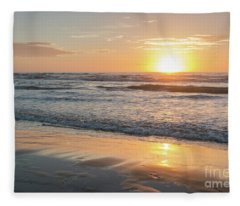 Rising Sun Reflecting On Wet Sand With Calm Ocean Waves In The B Fleece Blanket