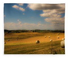 Val D'orcia Field With Hay Balls Fleece Blanket