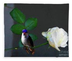Blanca Rosa Con Colibri Fleece Blanket