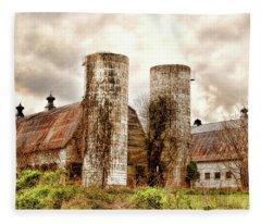Old Rustic Barn In Cumberland Virginia Fleece Blanket