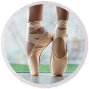 Ballet En Pointe Round Beach Towel