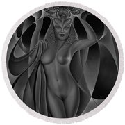 Dynamic Queen V-black And White Round Beach Towel