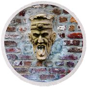 Face Fountain In Pirates Courtyard Round Beach Towel