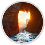 Fireburst - Arch Rock In Pfeiffer Beach In Big Sur. Round Beach Towel