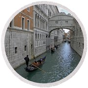 Gondolas Under Bridge Of Sighs Round Beach Towel