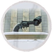 Knotted Gun Sculpture At The United Nations Round Beach Towel