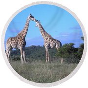 Lovers On Safari Round Beach Towel