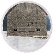 Old Barn In A Snow Storm Round Beach Towel