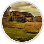 Old Barn In October Round Beach Towel
