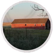 Red Granary Barn Round Beach Towel