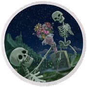 Romantic Valentine Skeletons In Graveyard Round Beach Towel