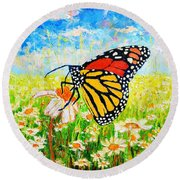 Royal Monarch Butterfly In Daisies Round Beach Towel