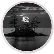 Small Island At Sunset In Black And White Round Beach Towel
