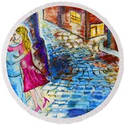 Street Kiss By Night  Round Beach Towel