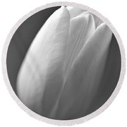 Tulip In Black And White Round Beach Towel