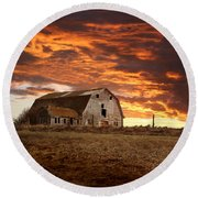 Barn On Highway 21 Round Beach Towel