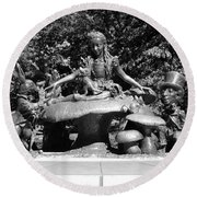 Alice In Wonderland In Central Park In Black And White Round Beach Towel