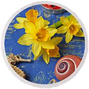 Daffodils And Seahorse Round Beach Towel
