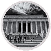 Lincoln Memorial In Black And White Round Beach Towel