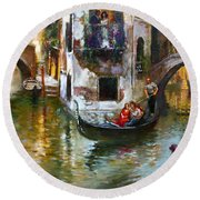 Viola In Venice Round Beach Towel