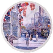 Early Morning On The Avenue In May 1917 Round Beach Towel
