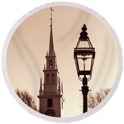 Trinity Church Newport With Lamp Round Beach Towel