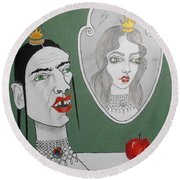 A Queen, Her Mirror And An Apple Round Beach Towel