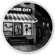 Arcade City In Black And White Round Beach Towel