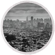 Back And White View Of Downtown San Francisco In A Foggy Day Round Beach Towel