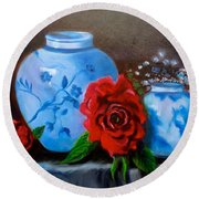 Blue And White Pottery And Red Roses Round Beach Towel