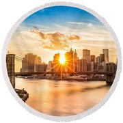 Brooklyn Bridge And The Lower Manhattan Skyline At Sunset Round Beach Towel