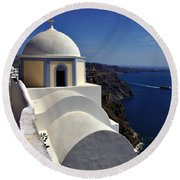 Building In Fira Round Beach Towel