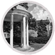 Chapel Hill Old Well In Black And White Round Beach Towel