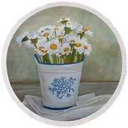 Daisies And Porcelain Round Beach Towel