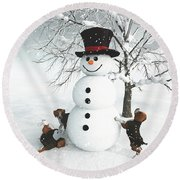 Dogs Discovering A Snowman Round Beach Towel