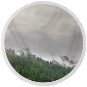 Fog Rolling Over Columbia River Gorge Round Beach Towel