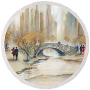 Gapstow Bridge And Lovers Round Beach Towel