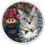 Garden Friends - Tabby Cat And Gnomes Round Beach Towel