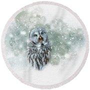 Great Grey Owl In Snowstorm Round Beach Towel