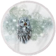 Great Grey Owl In Snowstorm Round Beach Towel
