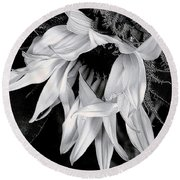 Round Beach Towel featuring the photograph Incognito by Elfriede Fulda