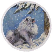 Keeshond In Wnter Round Beach Towel