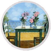 Le Rose E Il Balcone Round Beach Towel