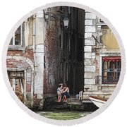 Lovers In Venice Round Beach Towel